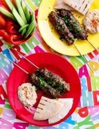 Kebabspyd med hummus og grøntsags-stave