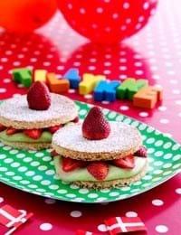 Minilagkager med jordbær og avocadocreme