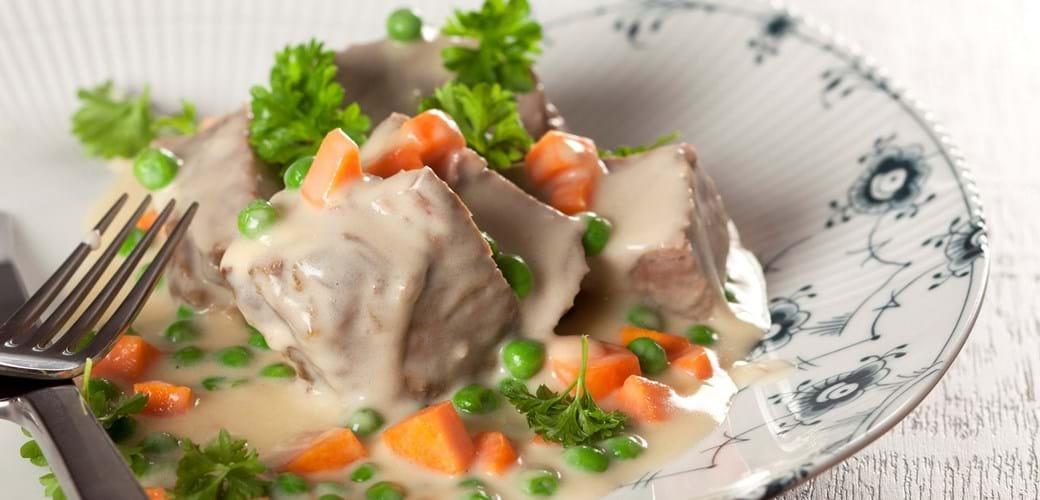 Oksefrikasse med ærter og gulerødder