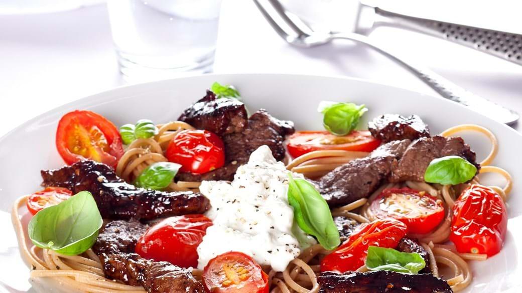 Oksekød med bagte tomater, pasta, basilikum og hytteost