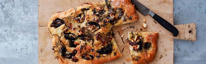 Foccacia brød med løg, gedeost og rosmarin