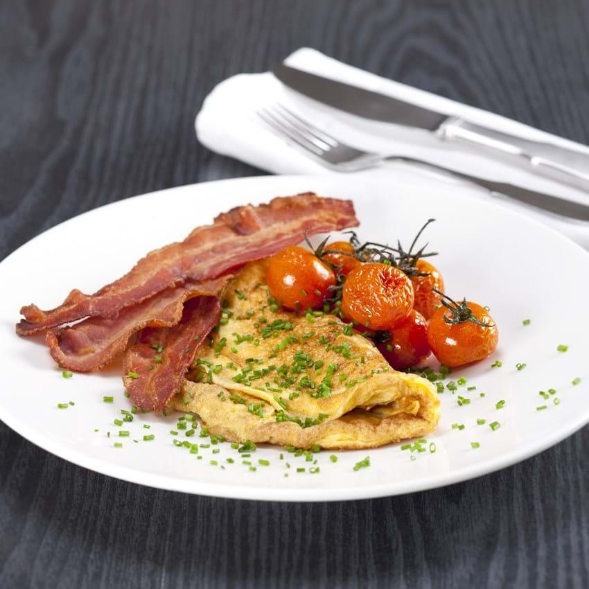 Omelet med bacon og bagte tomater