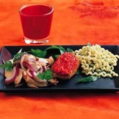 Chilimedaljoner med grøntsagssalat og grøn pasta