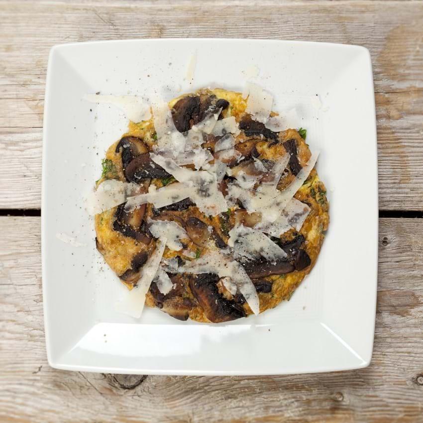 Omelet med portobello svampe, persille og parmesan