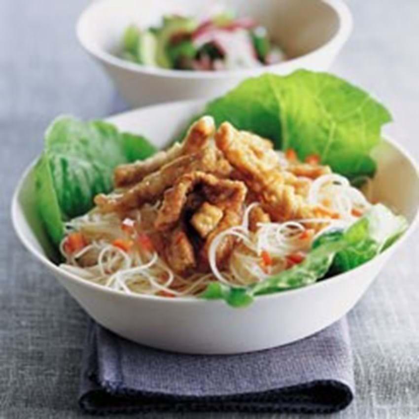 Dybstegte wokstrimler med thailandsk agurkesalat og nudelsalat