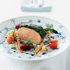 Filet Royal med persillepanade, syltede grøntsager og rødvins-rødbedesauce