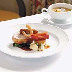 Filet, bacon og hjemmelavet pølse af gris med gule ærter og vintertrøffel
