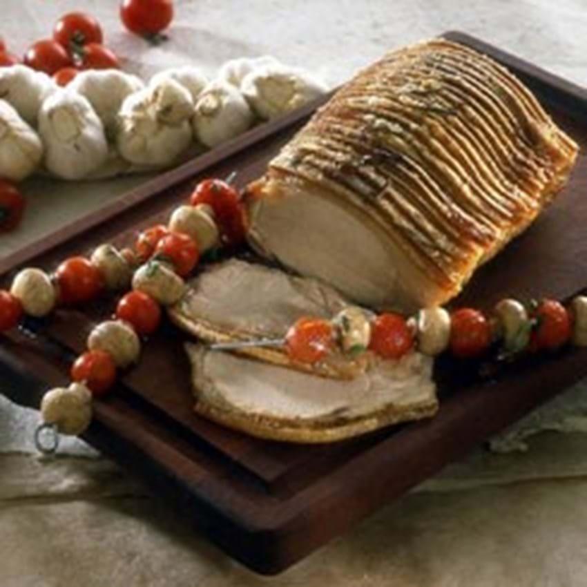 Flæskesteg af svinekam med hvidløg og grøntsagsspyd