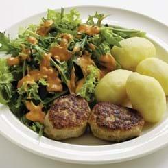Frikadeller med kartofler, salat og hjemmelavet dressing