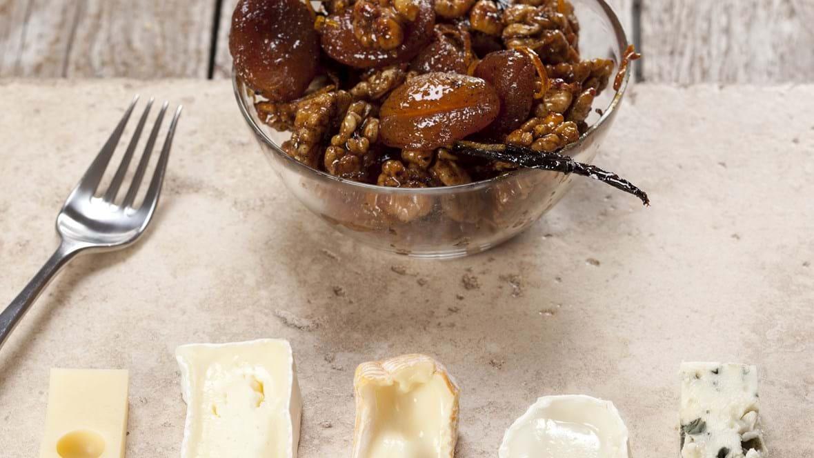 Ostetallerken med valnødder og abrikoser i honning, appelsin og vanilje