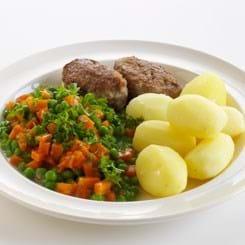 Frikadeller med stuvede ærter og gulerødder med kartofler