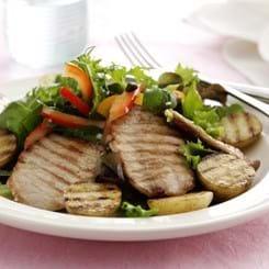 Grillede sauté-skiver med kartofler og peberfrugtsalat
