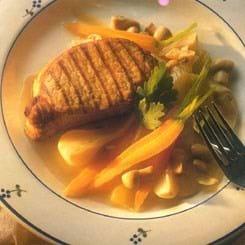 Grillkoteletter med sprøde, marinerede grøntsager