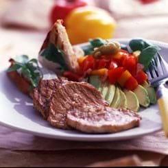 Grillstegte sauté-skiver med salat af peberfrugt og frisk koriander