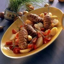 Kebab med yoghurtsauce og kartoffelsalat
