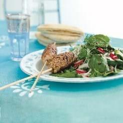 Kebab på grill og spinat med linser