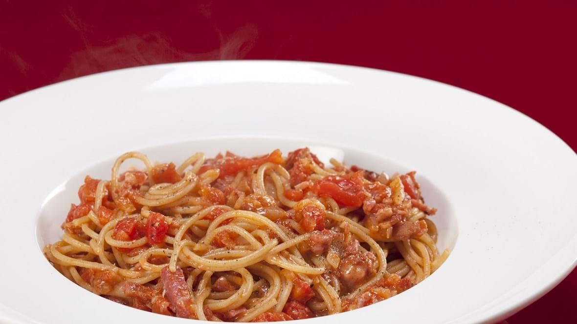 Pasta med bacon, tomat og chili