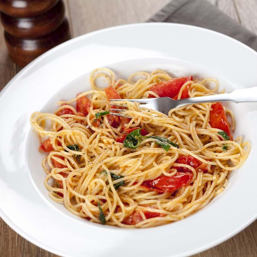 Pasta med bagte tomater og spinat