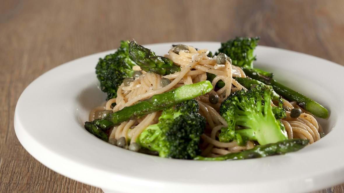 Pasta med broccoli, asparges og kapers