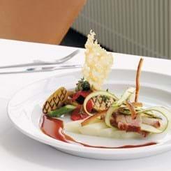 Letrøget ribbenssteg med asparges, kartofler og parmesan samt tomat-vinaigrette