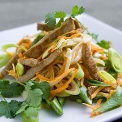 Lun nudelsalat med wokstrimler og grønt