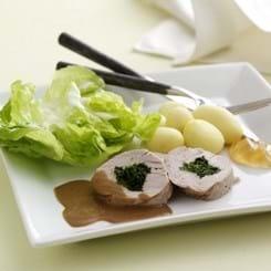 Mørbrad fyldt med persille, flødesauce og mormor-salat