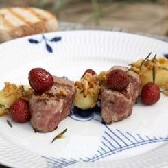 Mørbradbøffer med jordbær og madagascarpeber samt kartofler i pinjekernepesto