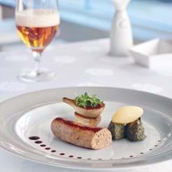Næsten klassisk medisterpølse med trøfler, sønderjysk grønlangkål og sherryglaserede løg