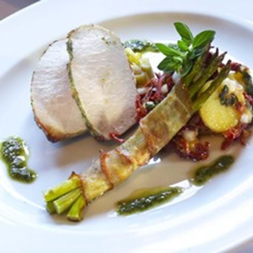 Pestostegt Filet Royal med ovnbagte rabarber, baconsvøbte asparges og marinerede kartofler