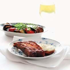 Ribsteaks med barbecuesauce, marinerede grøntsager og brød med mozzarella