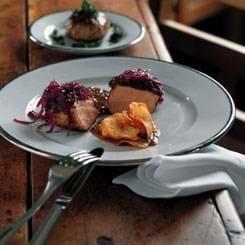 Rødkålsglaserede svinekoteletter med crepinet af skank