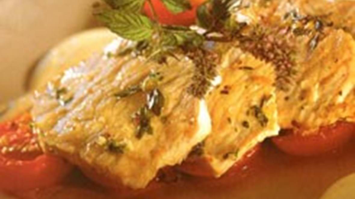 Sauté-skiver med bagte tomater og honning-/ sennepsdressing
