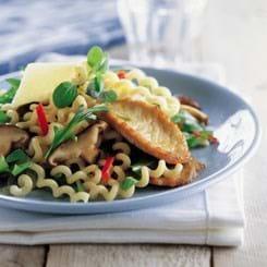 Sauté-skiver med pasta, svampe og rucolasalat