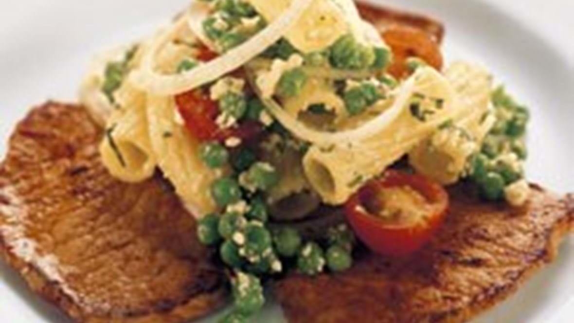 Sauté-skiver med pasta-ærtesalat