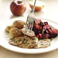 Sauté-skiver med rødbedesalat og saltbagte kartofler