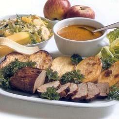 Skinkemignon med halve bagte kartofler og blandet salat