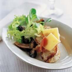Skinkeschnitzel med serrano og svampesalat