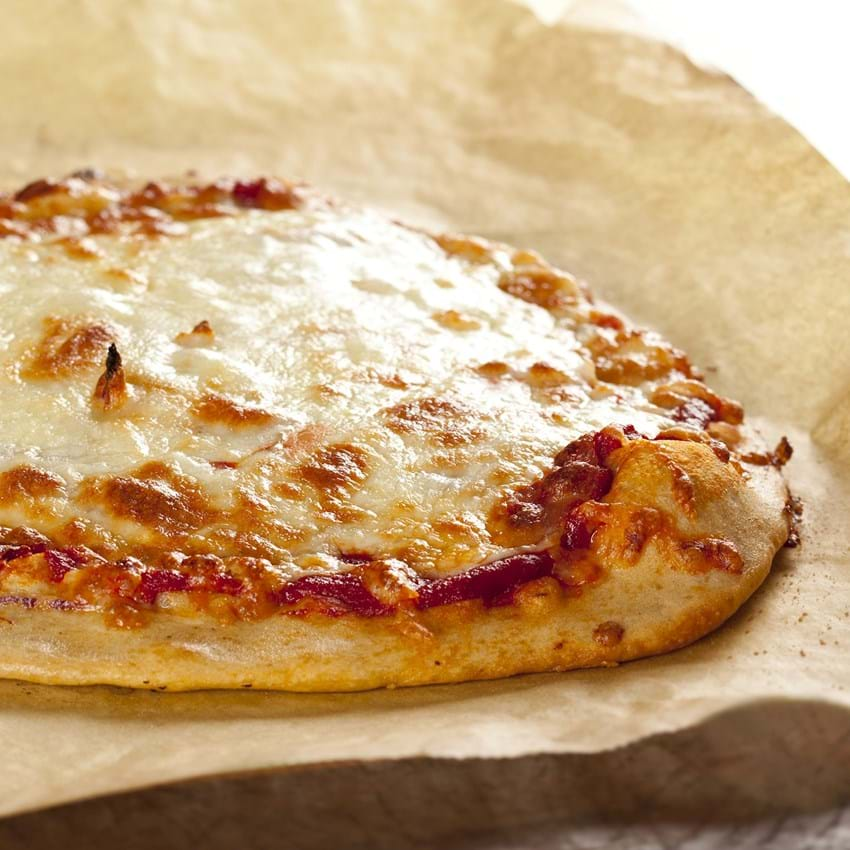 Pizza med tomat og ost