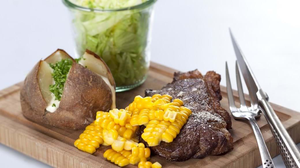 Plankebøf med majs, salat og bagt kartoffel