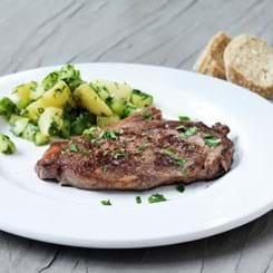 Bøffer af tyndstegsfilet med lun salat af agurk, kartofler og krydderurter