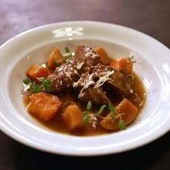 Braiseret svinekæbe med selleri, kålrabi, gulerødder og mørkt øl.