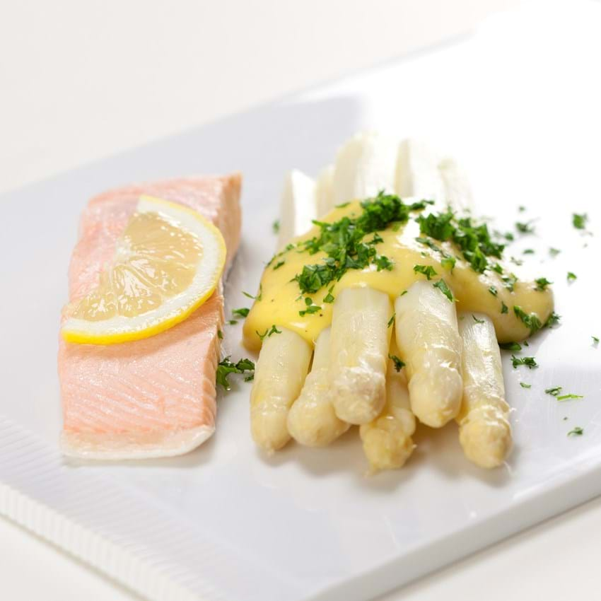 Pocheret laks med hvide asparges og hollandaise sauce