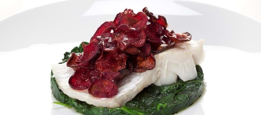 Pocheret torsk på spinat med rødbedechips