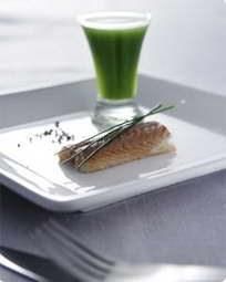 Røget ål naturel serveret med agurkeshot