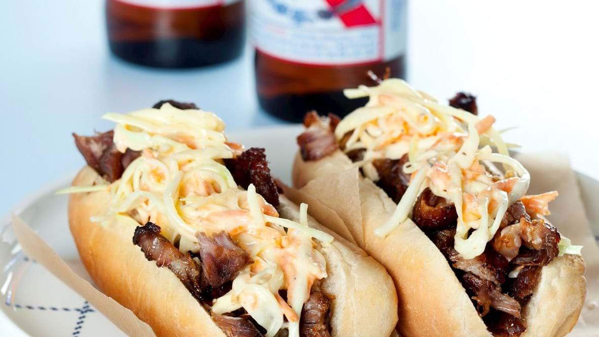 Pulled pork hotdogs med coleslaw