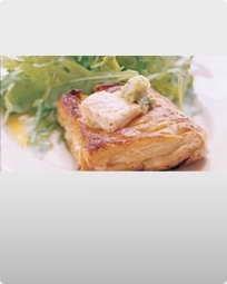 Butterdej med laks i porrecreme og rucola