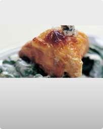 Stegt kyllingebryst med stuvet spinat og Mouton Bleu