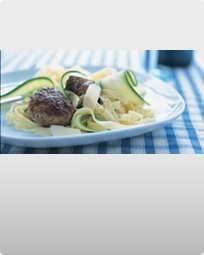 Kalvekødsboller i Marsala og pasta med courgette