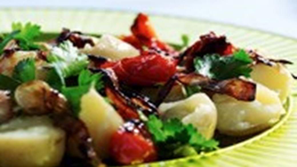 Nye kartofler med sprøde løg og tomat
