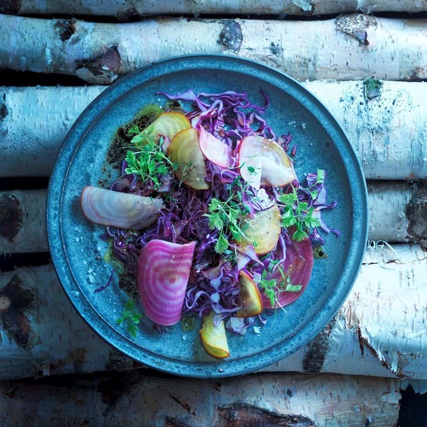 Nem kålsalat med kogte beder og urter